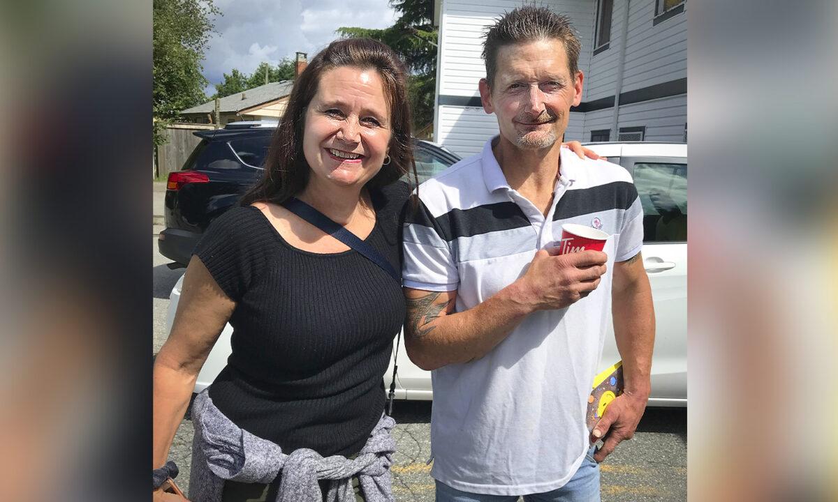 Hombre sin hogar que vive en el cobertizo de una iglesia se reúne con su hermana después de 22 años