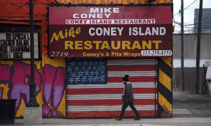 Un hombre pasa por un restaurante cerrado en Detroit, Michigan, el 24 de marzo de 2020. (Seth Herald/AFP vía Getty Images)
