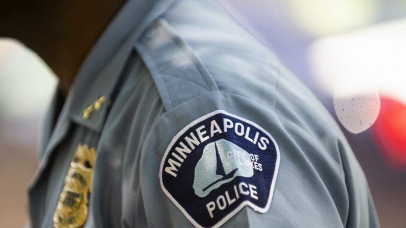 El subdirector de la policía de Minneapolis, Art Knight, habla con la gente reunida cerca de la escena del crimen en Minneapolis, Minn., el 16 de junio de 2020. (Stephen Maturen/Getty Images)