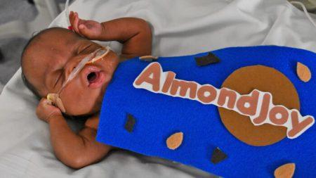 Bebés de la UCIN celebran Halloween con adorables disfraces hechos a mano en un Hospital de Florida