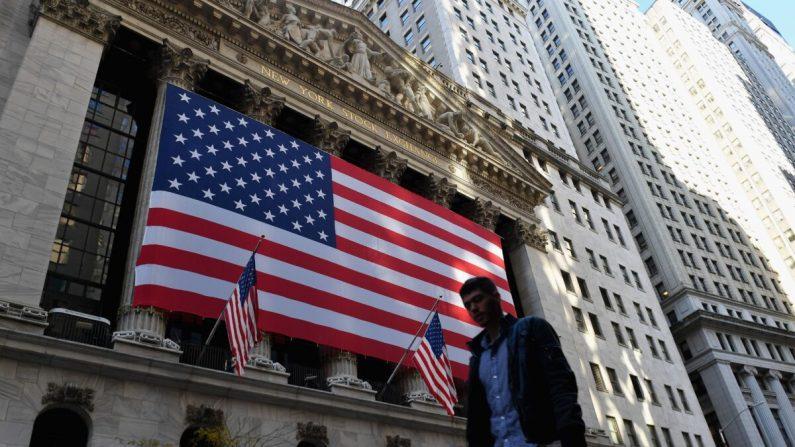 Una persona pasa frente a la Bolsa de Valores de Nueva York en Wall Street en la ciudad de Nueva York, el 16 de noviembre de 2020. (ANGELA WEISS/AFP a través de Getty Images)