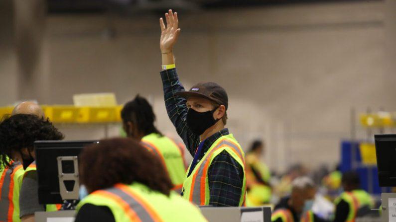Varios empleados cuentan boletas en Filadelfia (Pensilvania) el 4 de noviembre de 2020. (Spencer Platt/Getty Images)