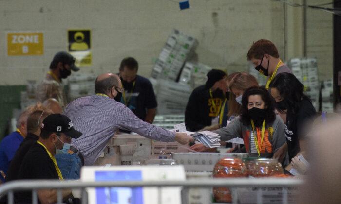 Los empleados electorales del condado de Allegheny organizan las boletas electorales en el almacén de elecciones del condado de Allegheny en Pittsburgh, Pensilvania el 7 de noviembre de 2020. (Jeff Swensen/Getty Images)