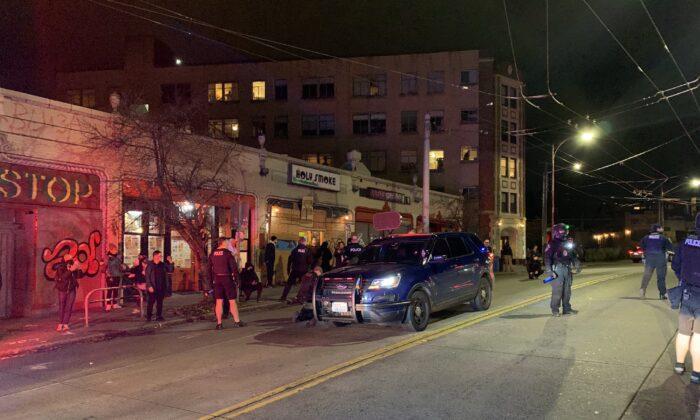 La policía hace arrestos en Seattle, Washington, el 27 de noviembre de 2020. (Departamento de Policía de Seattle)