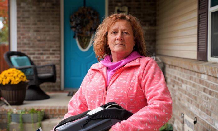 Teresa Shepherd, residente del Condado de Vigo (Indiana), posa frente a la casa de su hija en Seelyville, Indiana, el 20 de octubre de 2020. Dijo que casi nunca vota, pero este año decidió votar por el presidente Donald Trump. (Cara Ding/The Epoch Times)