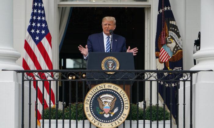 El presidente Donald Trump habla sobre la ley y el orden desde el Pórtico Sur de la Casa Blanca en Washington el 10 de octubre de 2020. (Mandel Ngan/AFP a través de Getty Images)