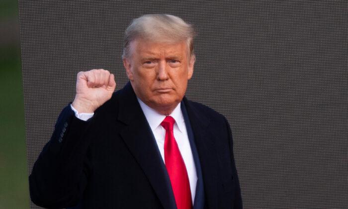 El presidente Donald Trump saluda a sus partidarios después de realizar un mitin de campaña en Newtown, Pensilvania, el 31 de octubre de 2020. (Mark Makela/Getty Images)
