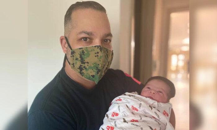 Sargento retirado de la Infantería de Marina de EE. UU. Orlando Ibáñez con su hijo que nació el 10 de noviembre de 2020, el mismo día del aniversario 245 de los Marines. (Cortesía del Mercy Hospital)