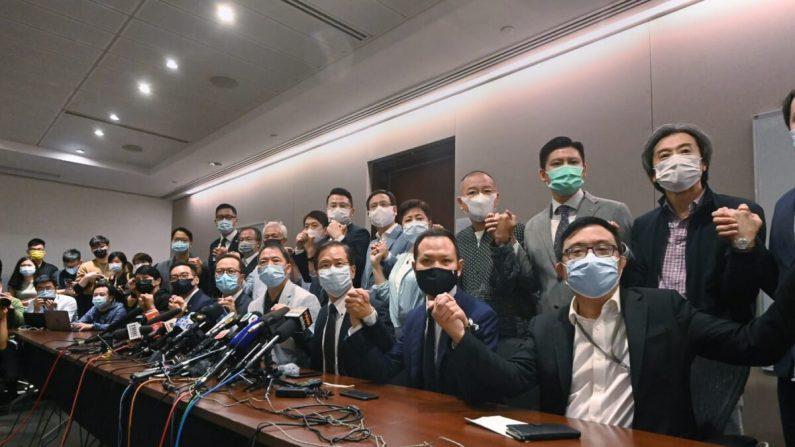 Los legisladores del campo prodemocracia de Hong Kong celebran una conferencia de prensa en Hong Kong el 11 de noviembre de 2020. (Song Bilung/The Epoch Times)
