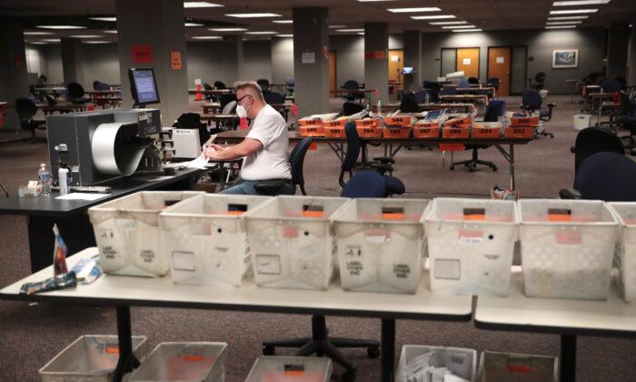 Los funcionarios electorales cuentan los votos ausentes en Milwaukee, Wisconsin, el 4 de noviembre de 2020. (Scott Olson/Getty Images)