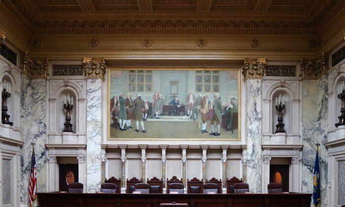 Vista interior de la sala de la Corte Suprema de Wisconsin, dentro del edificio del Capitolio del Estado en Madison el 24 de julio de 2013. (CCO 1.0 vía Wikipedia)