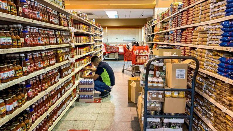 Fotografía del 10 de noviembre del 2020 donde se observa a un trabajador que acomoda productos en un supermercado en Caracas (Venezuela). EFE/MIGUEL GUTIÉRREZ