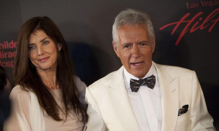 El actor Alex Trebek (der.) y su esposa, Jean Currivan Trebek, llegan a la 38° entrega anual de los premios Emmy diurnos en Las Vegas, Nevada, el 19 de junio de 2011. (Adrian Sanchez-Gonzalez/AFP a través de Getty Images)