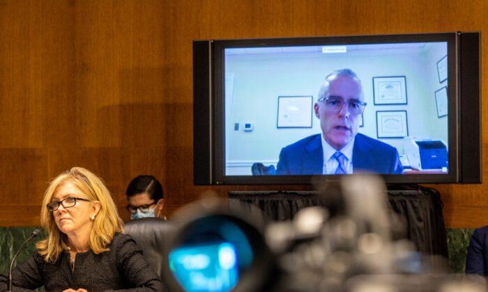 La senadora Marsha Blackburn, (R-Tenn.) interroga al exsubdirector del FBI Andrew McCabe (en pantalla) durante una audiencia sobre la investigación del FBI sobre Rusia, en el Capitolio de Washington el 10 de noviembre de 2020. (Jason Andrew/POOL/AFP vía Getty Images)