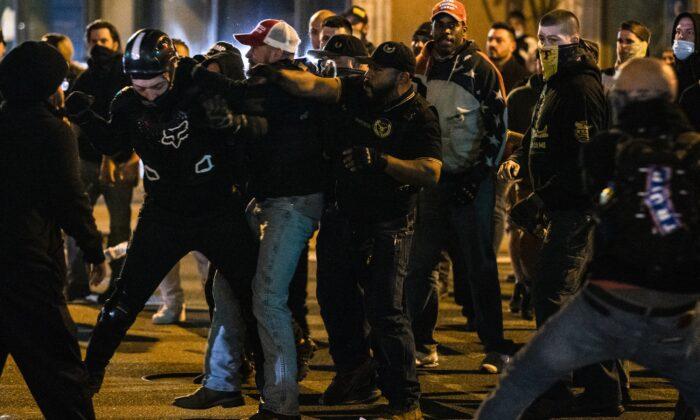 """Miembros de Antifa y Proud Boys se enfrentan en la calle al término de la """"Marcha del Millón para MAGA"""" en Washington, el 14 de noviembre de 2020. (Samuel Corum/Getty Images)"""