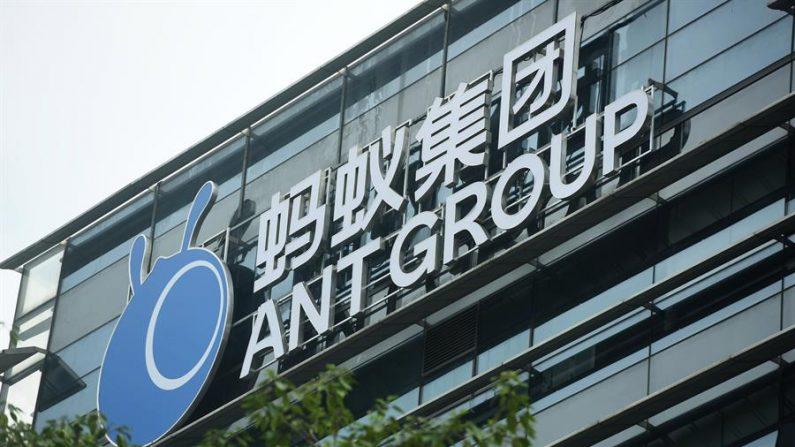 El logotipo de Ant Group en el complejo de la sede del gigante fintech en Hangzhou, en la provincia de Zhejiang, en el este de China, el 26 de octubre de 2020. EFE / EPA