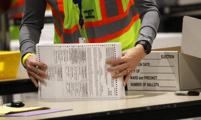 Los trabajadores electorales cuentan las boletas en Filadelfia, Pa., el 4 de noviembre de 2020. (Spencer Platt/Getty Images)
