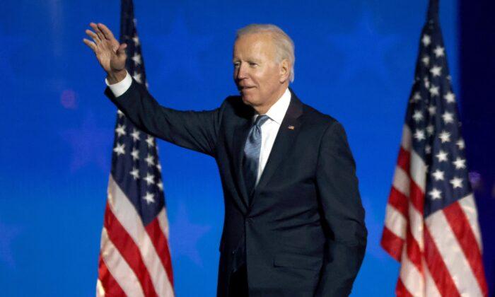 El candidato presidencial demócrata Joe Biden habla en un evento en la noche de elecciones en el Chase Center en Wilmington, Delaware, las primeras horas de la mañana del 4 de noviembre de 2020. (Win McNamee/Getty Images).