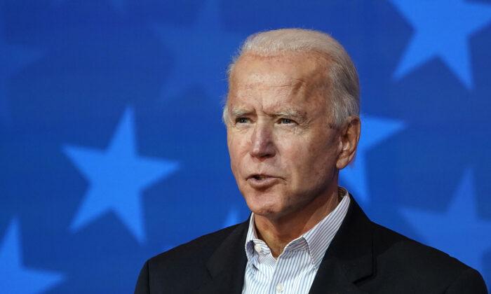 El candidato presidencial demócrata Joe Biden habla en el teatro The Queen en Wilmington, Del., el 5 de noviembre de 2020. (Drew Angerer/Getty Images)