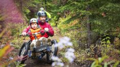 Hombre que se rompió la espalda haciendo snowboarding diseña bicicleta de montaña para parapléjicos