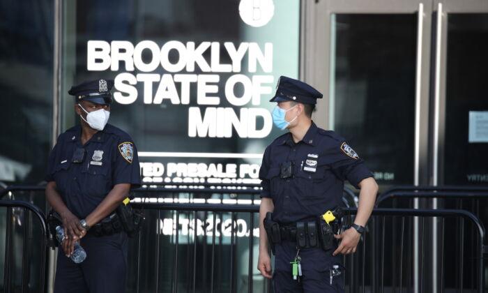 Oficiales de la policía de Nueva York se reúnen frente al Barclays Center antes de una protesta en Brooklyn, N.Y., el 29 de mayo de 2020. (Justin Heiman/Getty Images)