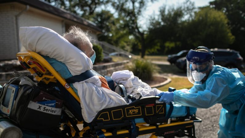Un médico del Condado de Austin-Travis carga a un paciente con síntomas de COVID-19 en una ambulancia el 5 de agosto de 2020 en Austin, Texas. (Foto de John Moore/Getty Images)