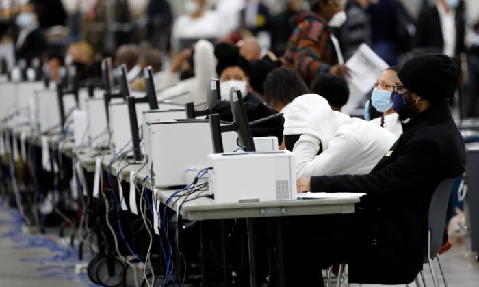 Trabajadores electorales de Detroit trabajan en el recuento de boletas ausentes para las elecciones generales de 2020 en el Centro TCF en Detroit, Mich., el 4 de noviembre de 2020. (Jeff Kowalsky/AFP vía Getty Images)