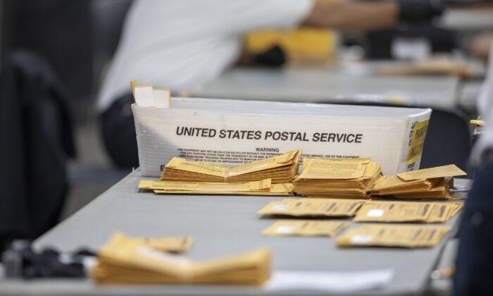 Boletas en ausencia en la Junta Central de Conteo esperando a ser procesadas en el Centro TCF en Detroit, Michigan, el 4 de noviembre de 2020. (Elaine Cromie/Getty Images)