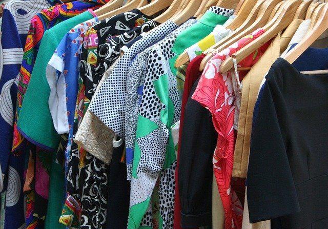 Organice su armario y haga un inventario de lo que tiene antes de seguir comprando más. (JamesDeMers en Pixabay)