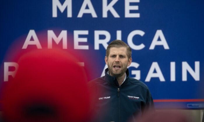El hijo del presidente Donald Trump, Eric Trump, se dirige a sus partidarios en un evento electoral en Lansing, Michigan, el 29 de octubre de 2020. (Archivo/John Moore/Getty Images)