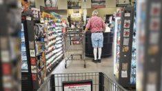 Cliente paga la comida de un anciano que olvidó su cartera incluso después de que se metió en la fila
