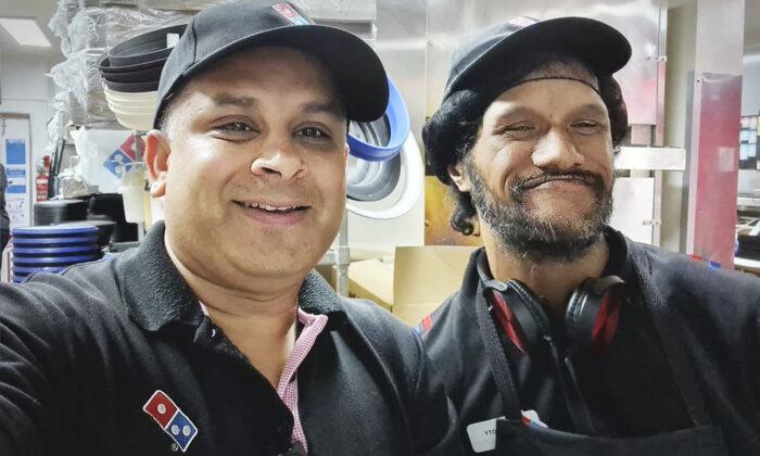 Vagabundo pide limosna con letrero en una caja de Domino's Pizza y obtiene trabajo en una franquicia