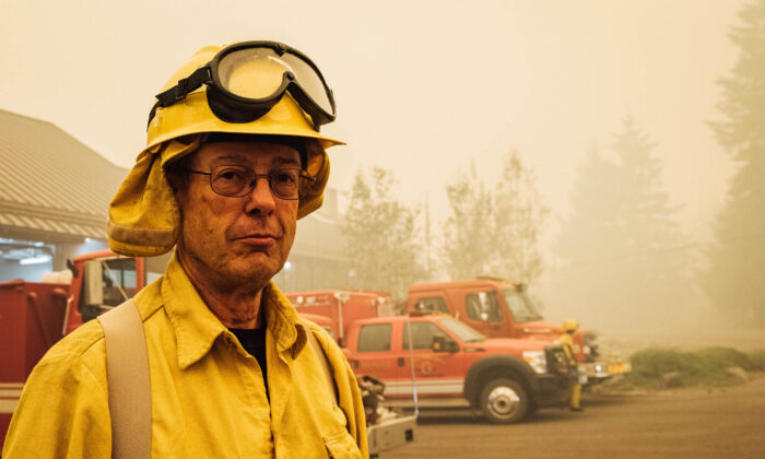 Bombero voluntario Bruce Brunstad posa en Gates, Ore., el 10 de septiembre de 2020. Benjamín Franklin fundó el primer departamento de bomberos voluntarios de Estados Unidos. (KATHRYN ELSESSER/AFP vía Getty Images)