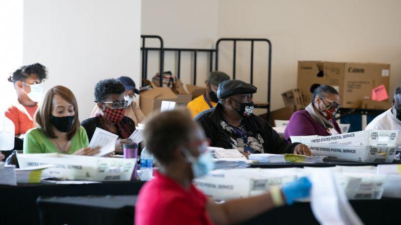 Los trabajadores electorales cuentan las boletas del condado de Fulton en State Farm Arena en Atlanta, Georgia, el 4 de noviembre de 2020. (Jessica McGowan/Getty Images)