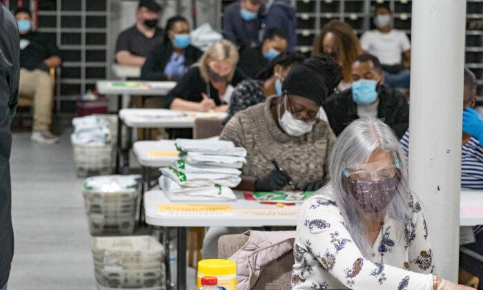 Trabajadores electorales del Condado de Gwinnett manejan las boletas como parte del recuento de las elecciones presidenciales de 2020 en el edificio Beauty P. Baldwin de Registro de Votantes y Elecciones en Lawrenceville, Georgia, el 16 de noviembre de 2020. (Megan Varner/Getty Images)