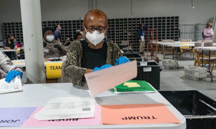 Los trabajadores electorales del condado de Gwinnett gestionan las boletas como parte del recuento para las elecciones presidenciales 2020 en el Edificio de Elecciones y Registros de Votantes Beauty P. Baldwin en Lawrenceville, Georgia, el 16 de noviembre de 2020. (Megan Varner/Getty Images)
