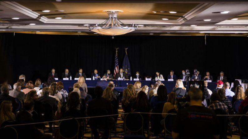 El Comité de Política de la Mayoría del Senado de Pensilvania lleva a cabo una audiencia pública el miércoles en el hotel Wyndham Gettysburg para hablar sobre los problemas e irregularidades de las elecciones de 2020 con el abogado del presidente Trump, Rudy Giuliani, el 25 de noviembre de 2020 en Gettysburg, Pensilvania. (Samuel Corum/Getty Images)