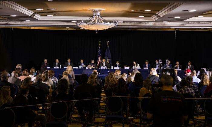 El Comité de Política de la Mayoría del Senado de Pensilvania celebra una audiencia pública el miércoles en el hotel Wyndham Gettysburg para discutir los problemas e irregularidades de las elecciones 2020 con el abogado del presidente Trump, Rudy Giuliani, en Gettysburg, Pensilvania, el 25 de noviembre de 2020. (Samuel Corum/Getty Images)