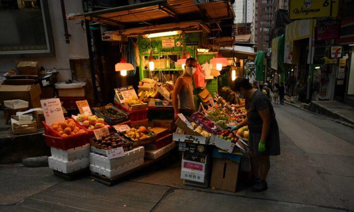 Un vendedor de frutas espera a sus clientes en una calle de Hong Kong el 14 de noviembre de 2020. (Peter Parks/AFP vía Getty Images)