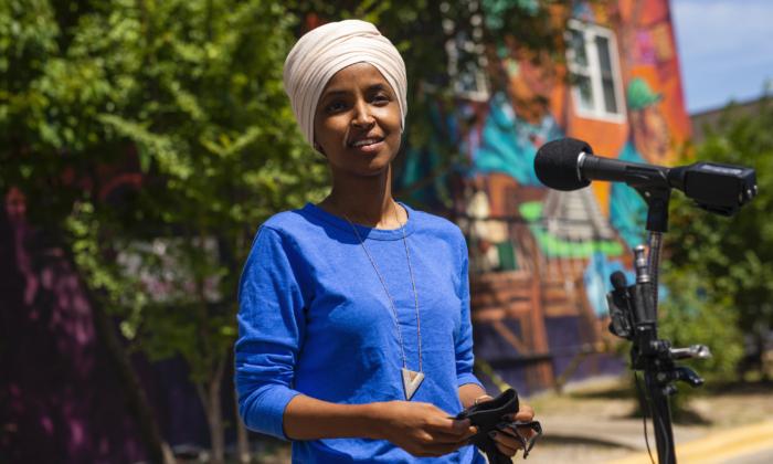 El representante Ilhan Omar (D-Minn.), habla con los medios de comunicación reunidos fuera del Mercado Central en Minneapolis, Minn, el 11 de agosto de 2020. (Stephen Maturen/Getty Images)