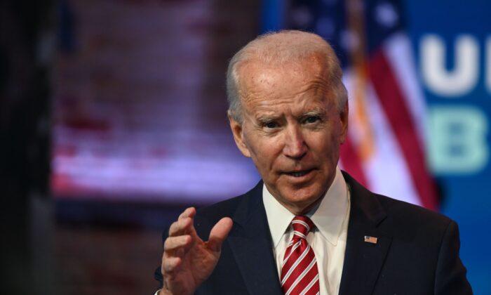 El exvicepresidente del candidato presidencial demócrata Joe Biden responde preguntas de la prensa en The Queen en Wilmington, Delaware, el 16 de noviembre de 2020. (Roberto Schmidt/AFP a través de Getty Images)