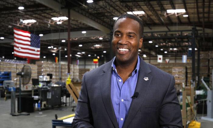 John James, candidato republicano al Senado de Michigan, habla con un medio de comunicación durante una entrevista en Detroit, Michigan, el 7 de agosto de 2018. (Bill Pugliano/Getty Images)