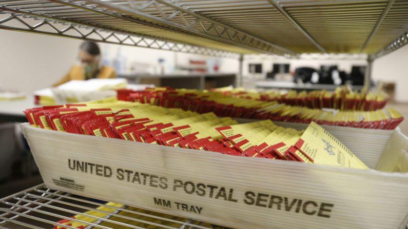 Boletas electorales por correo en la oficina electoral del condado de Salt Lake en Salt Lake City, Utah, el 29 de octubre de 2020. (George Frey/AFP a través de Getty Images)