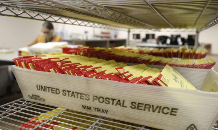 Boletas por correo en la oficina electoral del condado de Salt Lake en Salt Lake City, Utah, el 29 de octubre de 2020. (George Frey/AFP a través de Getty Images)
