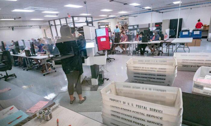 Los trabajadores electorales cuentan las boletas dentro del Departamento de Elecciones del Condado de Maricopa en Phoenix, Arizona, el 5 de noviembre de 2020. (Olivier Touron/AFP vía Getty Images)