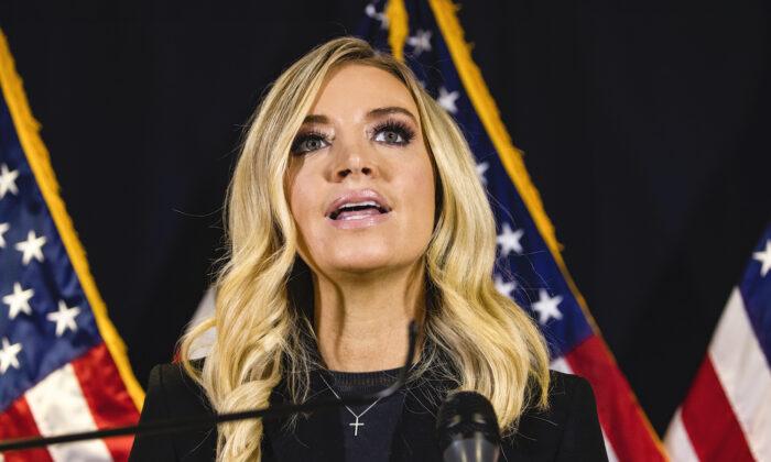 La secretaria de prensa de la Casa Blanca, Kayleigh McEnany, habla durante una conferencia de prensa en la sede del Comité Nacional Republicano, en Washington, el 9 de noviembre de 2020. (Samuel Corum/Getty Images)