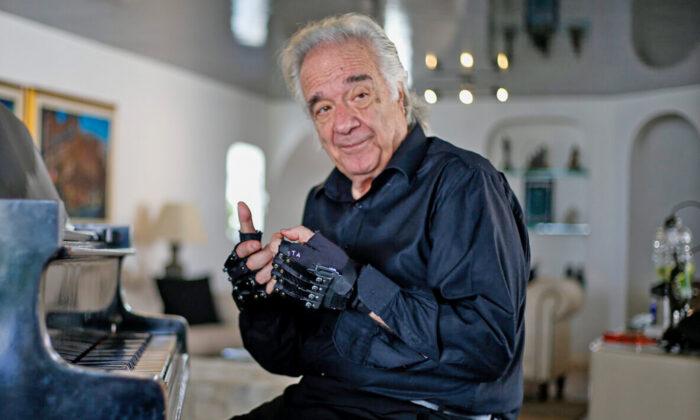 El pianista brasileño João Carlos Martins, de 80 años, en su casa de Sao Paulo, Brasil, el 29 de enero de 2020. (MIGUEL SCHINCARIOL/AFP vía Getty Images)