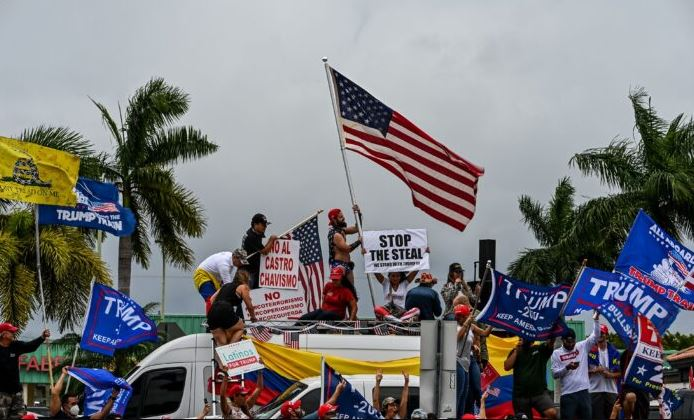 Partidarios del presidente Donald Trump protestan en Miami el 7 de noviembre de 2020. (Chandan Khanna/AFP vía Getty Images)