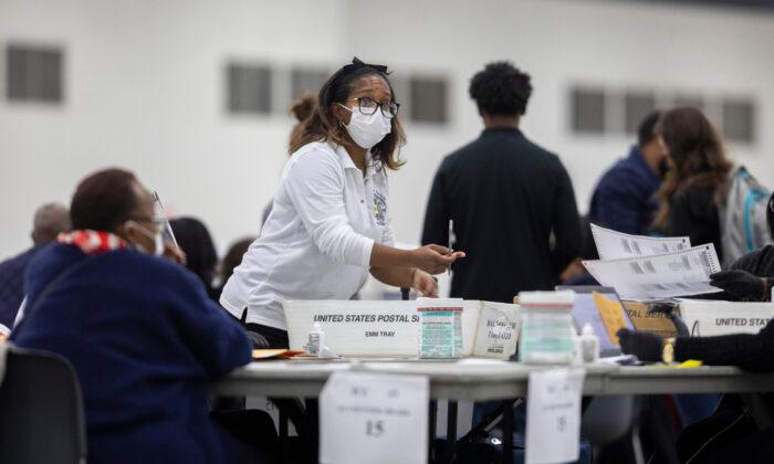 Una trabajadora del Departamento de Elecciones de Detroit toma una boleta de votación en ausencia en la Junta Central de Conteo en el Centro TCF en Detroit, Mich., el 4 de noviembre de 2020. (Elaine Cromie/Getty Images)