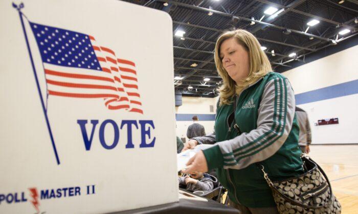 Una ciudadana estadounidense emite su voto para las primarias presidenciales de Michigan en un colegio electoral en Warren, Mich., el 8 de marzo de 2016. (Geoff Robins/AFP vía Getty Images)
